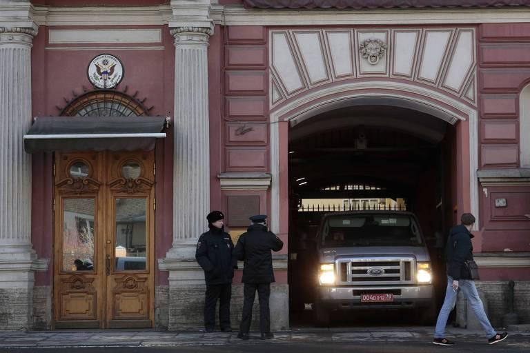 Veículo deixa o Consulado dos EUA em São Petersburgo nesta sexta-feira (30)