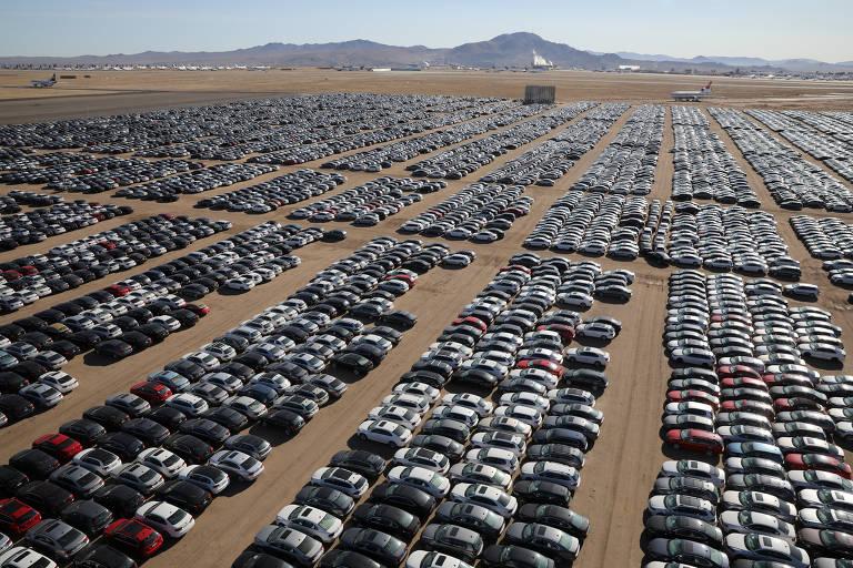 No meio do deserto de Mojave, a montadora Volkswagen guarda carros devolvidos após o escândalo da fraude nos testes de poluentes de 2015