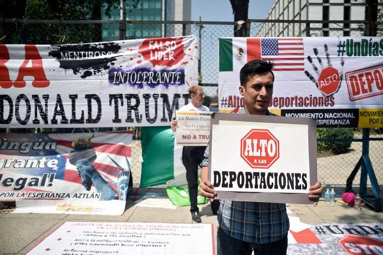 Homem protesta contra medidas migratórias do governo Trump em frente à embaixada dos EUA na Cidade do México