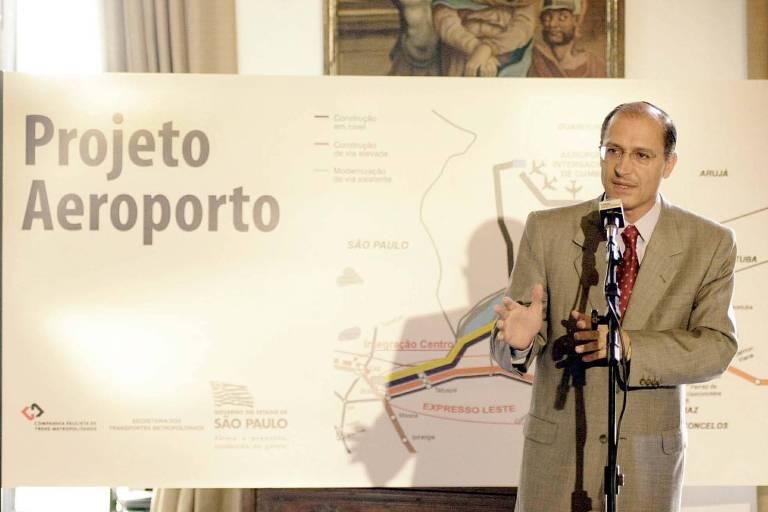 Governador Geraldo Alckmin (PSDB) anuncia convênio com a Infraero para a construção da linha da CPTM que ligaria o centro ao aeroporto de Guarulhos, em março de 2002