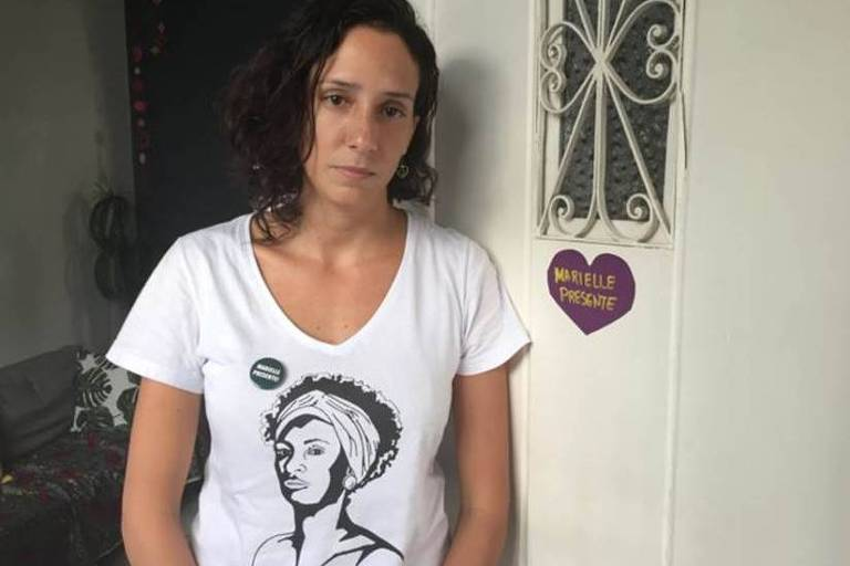 Monica Benício, viúva da vereadora Marielle Franco, veste camiseta branca com ilustração de Marielle