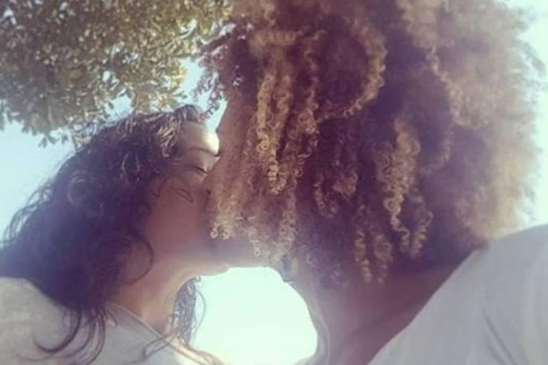 Monica Benício e Marielle Franco se beijam