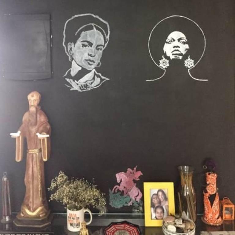 Mural traz desenhos de Frida Kahlo e Angela Davis, e imagem São Jorge