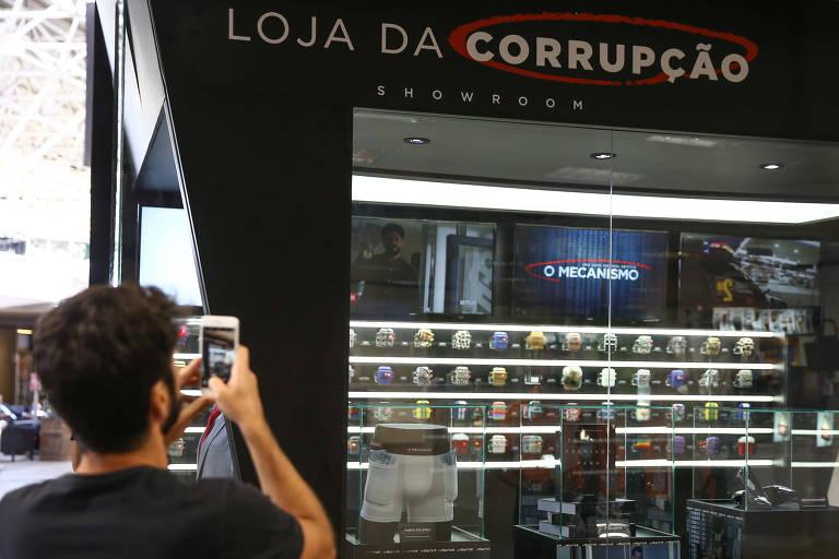 """Homem tira foto de stand da Netflix no desembarque do aeroporto de Brasília faz divulgação da série """"O Mecanismo"""", sobre a operação Lava Jato"""