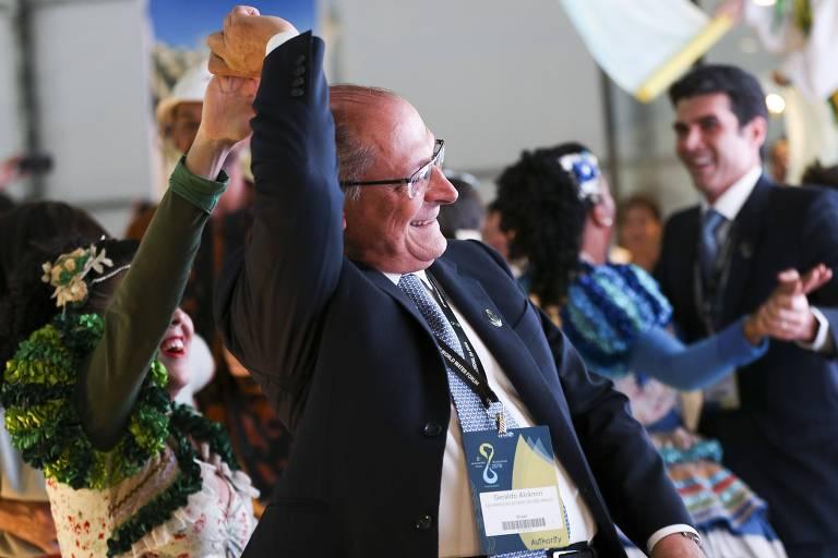 O governador de SP, Geraldo Alckmin, dança forró com em evento do 8º Fórum Mundial da Água, em Brasília