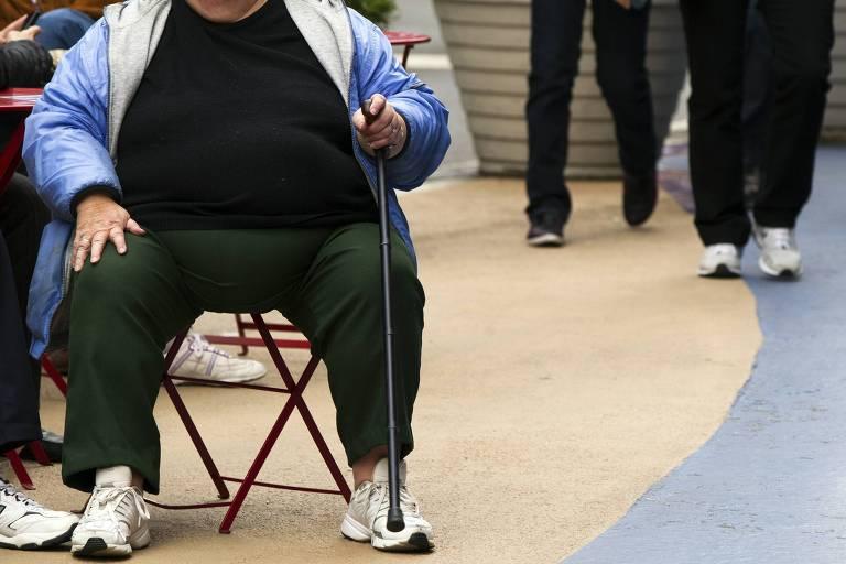 Mulher obesa observa o movimento na Times Square, em Nova York (EUA)