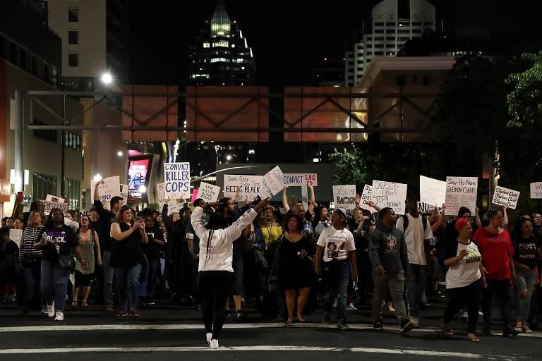 Os manifestantes da Black Lives Matter (Vidas Negras Importam) marcharam pelas ruas de Sacramento, na Califórnia (EUA) durante uma manifestação em 30 de março de 2018. Eles marcharam exigindo justiça por Stephon Clark, que foi baleado e morto pela polícia de Sacramento em 18 de março. Uma autópsia independente encomendada pela família Clark revelou que Stephon Clark havia sido baleado 8 vezes, os tiros o atingiram nas costas