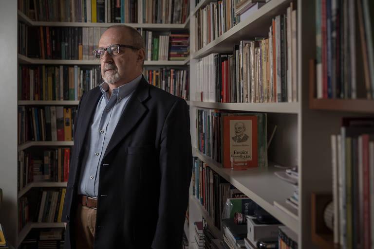 Sérgio Adorno, 65, sociólogo, coordenador do Núcleo de Estudos da Violência da USP e especializado em direitos humanos e conflitos sociais, em seu apartamento