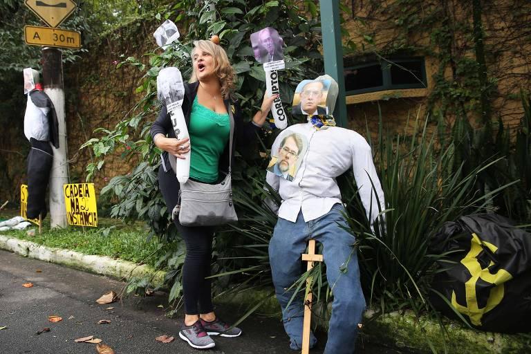 Manifestantes fazem malhação de bonecos com rostos de ministros do STF, neste sábado (31) em São Paulo; corte vai julgar habeas corpus para Lula nesta semana; vestida de verde, uma manifestante grita ao lado de um boneco com rosto de Gilmar Mendes