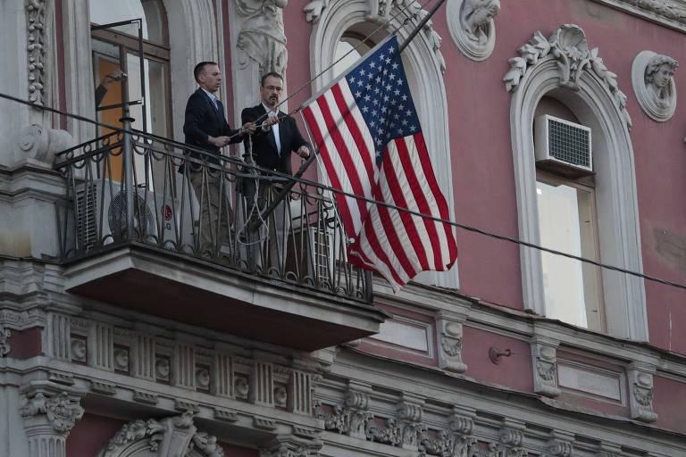 Funcionários retiram a bandeira dos Estados Unidos do prédio em que funcionava o consulado americano em São Petersburgo