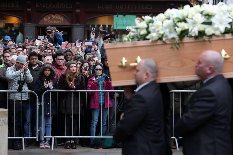Público aplaude passagem do caixão como corpo de Stephen Hawking, em Cambridge