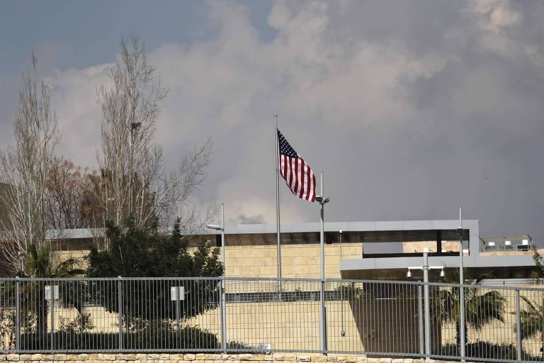 Bandeira dos EUA tremula no consulado do país no bairro de Arnona, em Jerusalém, onde ficará a nova embaixada