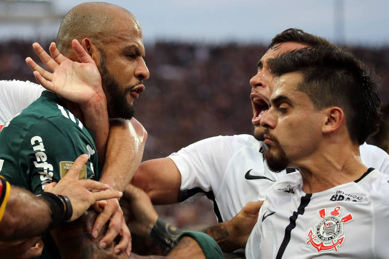Felipe Melo é agarrado por jogadores corintianos no momento da confusão que marcou o primeiro jogo da final do Paulista, no Itaquerão