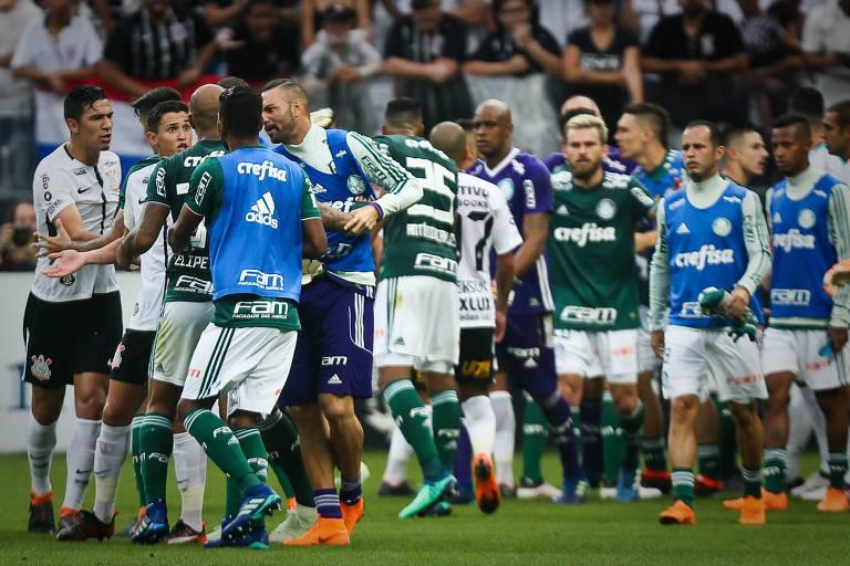 Jogadores trocam empurrões durante a primeira partida da final do Campeonato Paulista