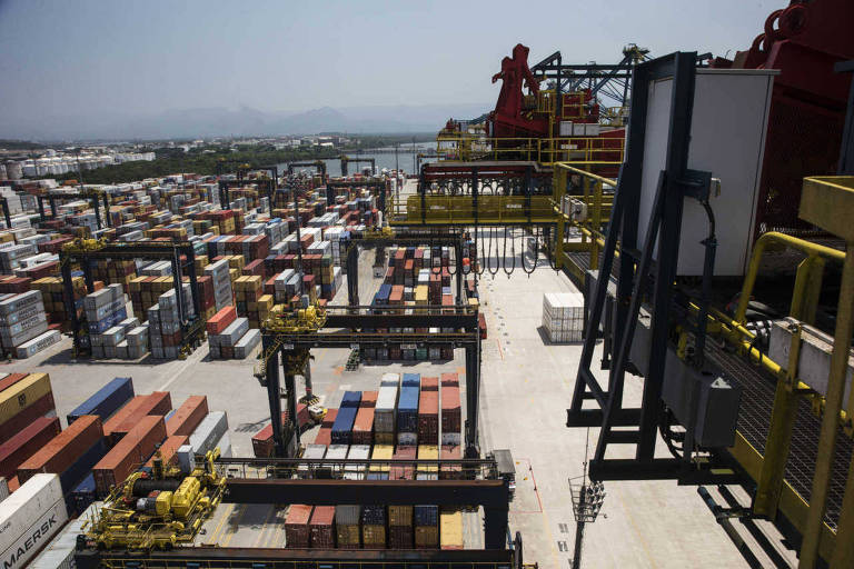 Containers coloridos  empilhados no patio do Brasil Terminal Portuario (BTP) no terminal de Santos