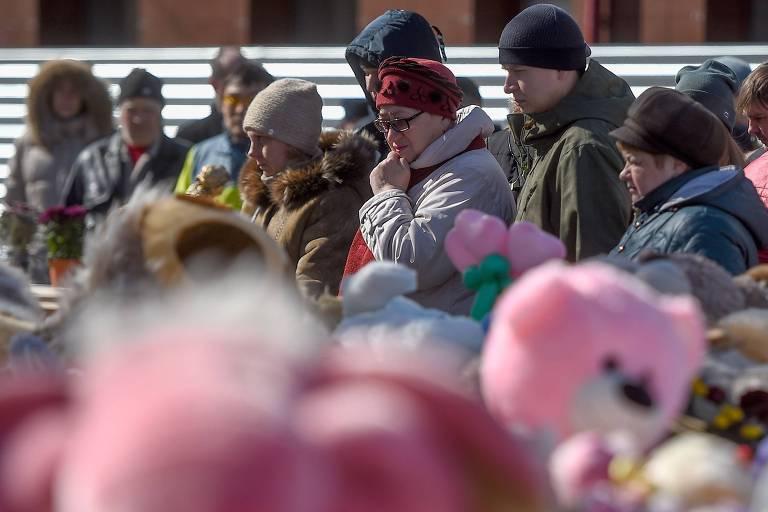 Russos visitam o memorial de homenagem às vítimas do incêndio no shopping center da cidade de Kemerovo, na Sibéria