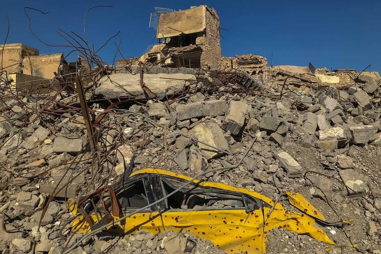 Carro sob escombros na cidade antiga de Mossul, bairro que era o último redutor do Estado Islâmico na região iraquiana