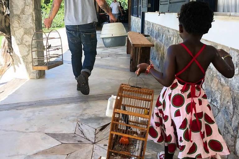 Giovanna Ewbank mostra registro fofo de Titi com animais silvestres