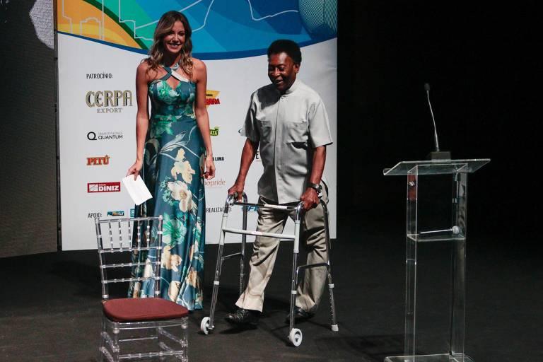 Pelé usa andador para participar do lançamento do Estadual do Rio, em janeiro, na Barra da Tijuca