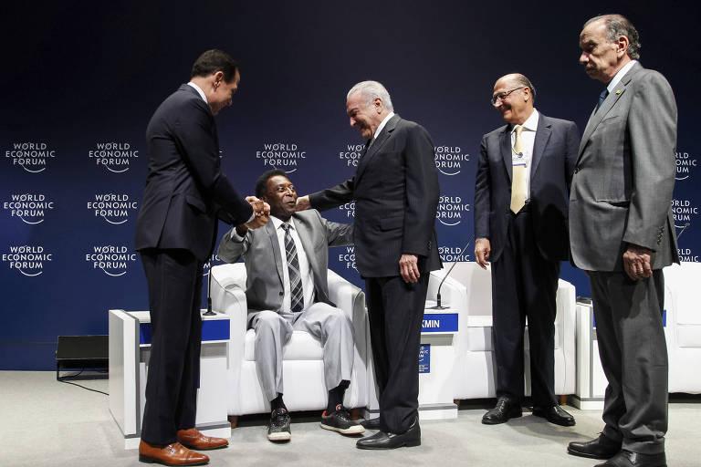 Pelé cumprimenta o prefeito paulistano, João Doria, e o presidente Michel Temer durante participação no Fórum Econômico Mundial para a América Latina, em São Paulo