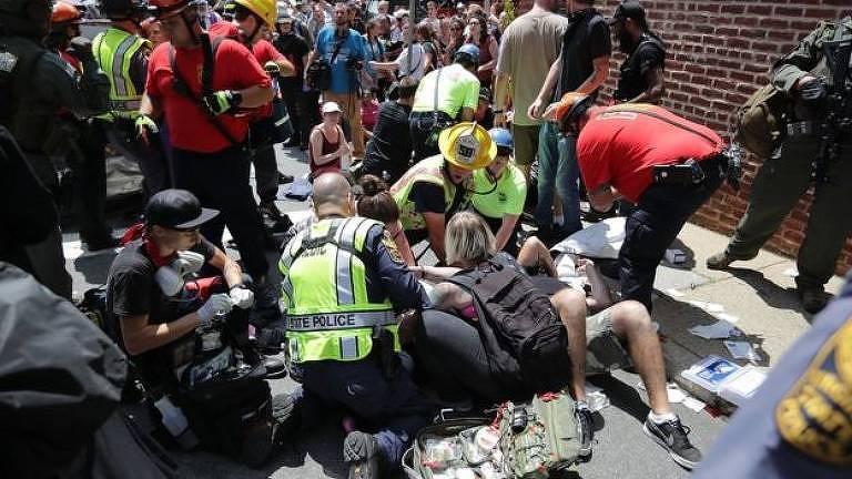Paramédicos e ativistas socorrem vítima de atropelamento durante protesto contra manifestação de extrema-direita em Charlottesville, nos EUA
