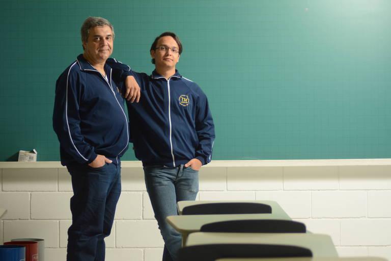 Paulo de Tarso, 55, e Rafael, 22, seu filho, na faculdade em que cursam engenharia da computação