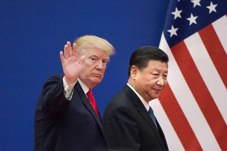 Os presidentes Donald Trump, à esq., e Xi Jinping, da China, deixam evento em Pequim