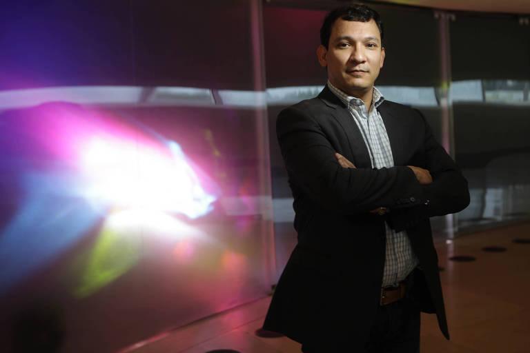 Nélio Georgini, coordenador de diversidade sexual da prefeitura do Rio, de braços cruzados e olhando para a câmera