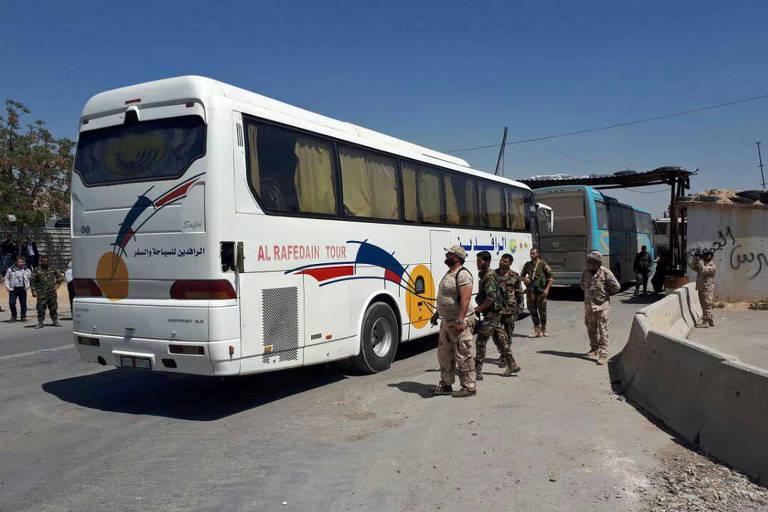 Imagem divulgada pelo governo sírio mostra os ônibus em Duma que seriam usados para a retirada dos rebeldes
