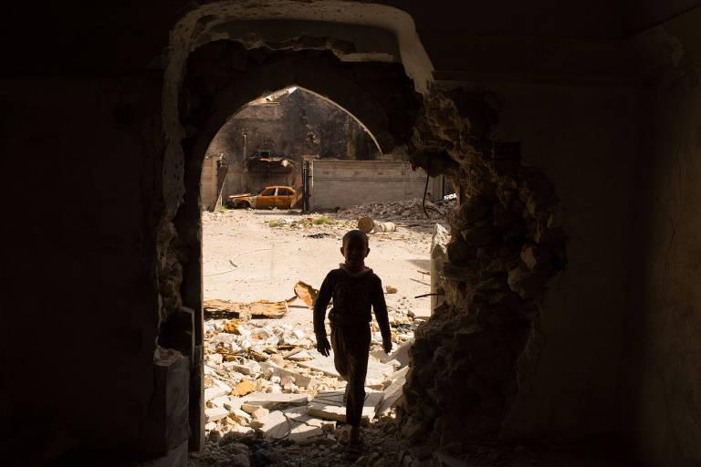 Iraquianos voltam para a cidade de Mossul sob escombros