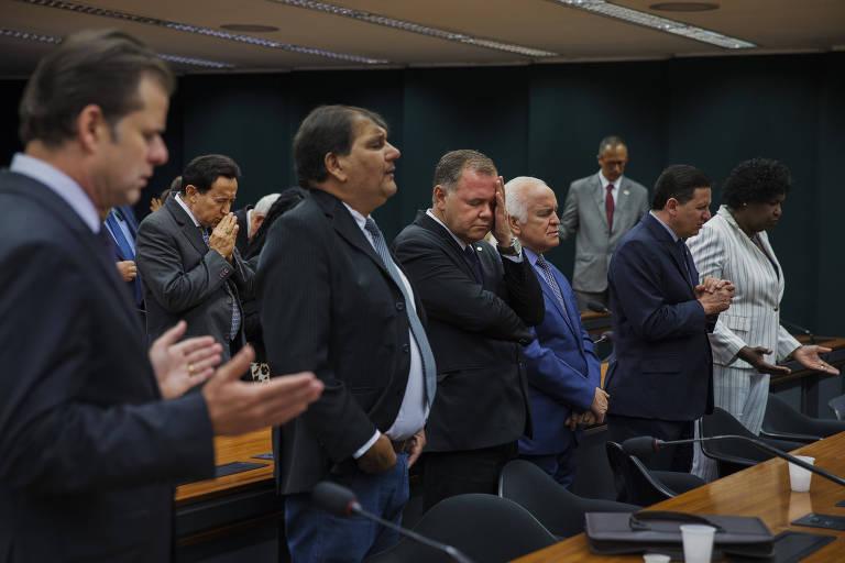 Deputados federais da bancada evangélica participam de culto evangélico em um dos plenários da Câmara