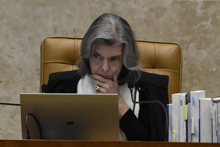 A presidente do STF, ministra Cármen Lúcia, olha para seu notebook durante sessão para julgar habeas corpus do ex-presidente Lula, em 22 de março