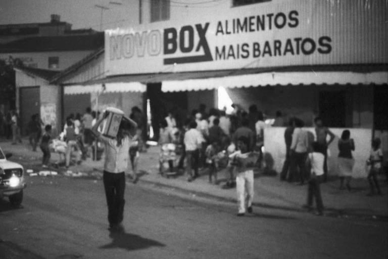 Supermercado do Jardim São Luis, na zona sul de São Paulo, é invadido por populares no primeiro dia dos protestos contra o desemprego
