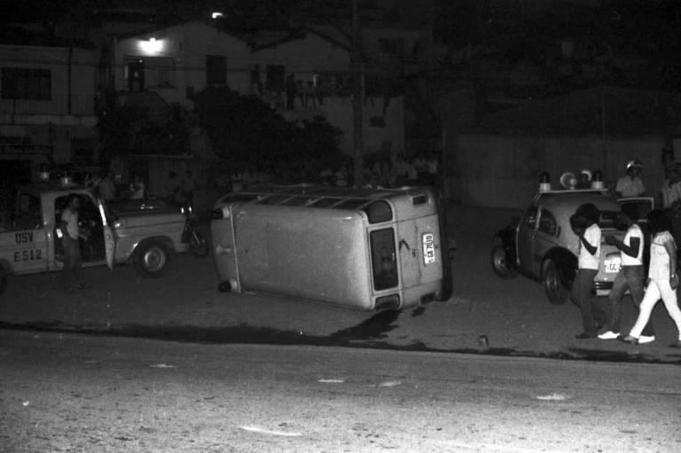 Carro da Polícia é tombado por populares no Jardim Ibirapuera, na zona sul de São Paulo