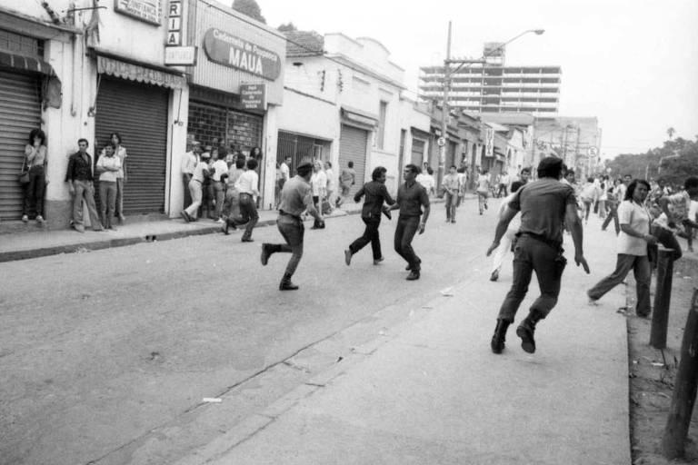 Corre-corre toma conta do segundo dia de protesto dos desempregados nas ruas de Santo Amaro, na zona sul de São Paulo