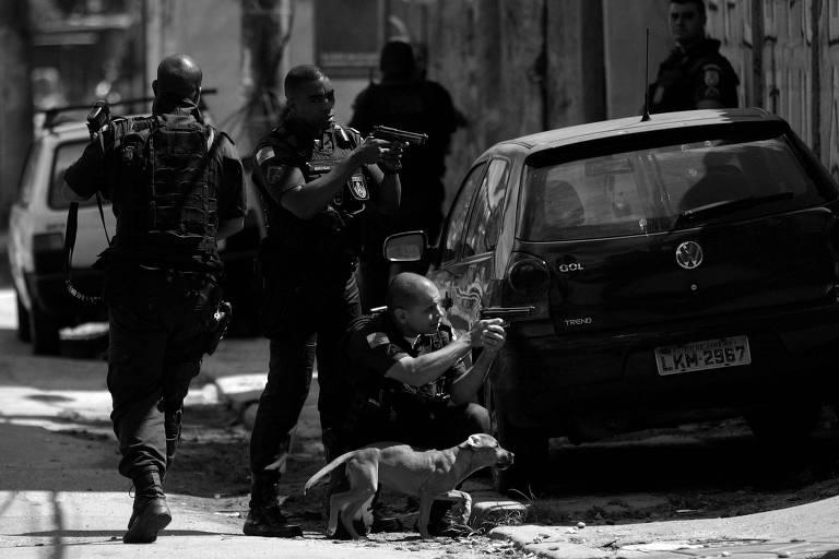 Policiais durante operação realizada na Cidade de Deus, no Rio de Janeiro