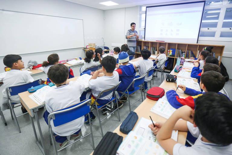 Alunos do ensino fundamental em sala de aula de escola privada, em São Paulo; colégios públicos e particulares deverão seguir as diretrizes