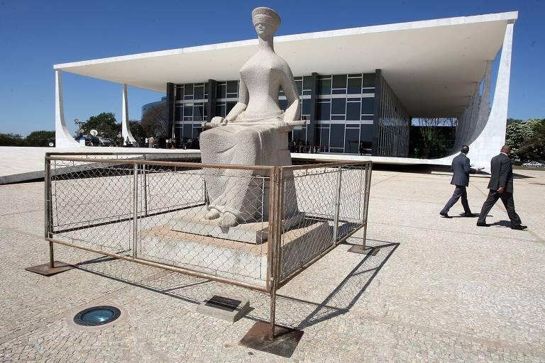 Estátua da Justiça durante sessão do STF