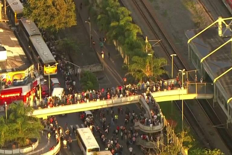 Filas se formam em frente a estação após pane na Linha-12 Safira da CPTM