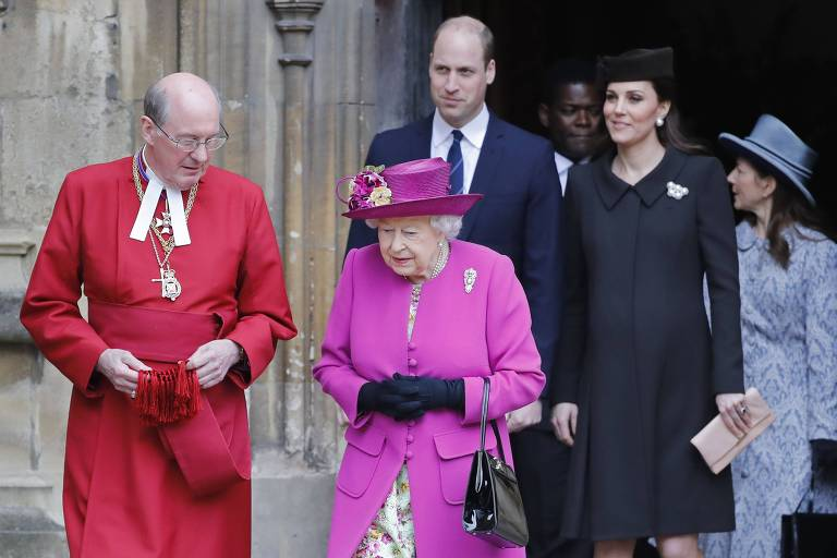 Rainha Elizabeth 2ª e o reitor da capela de Windsor, David Conner (E), seguidos do príncipe William e a duquesa de Cambridge, Kate Middleton