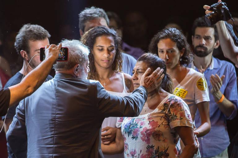 Em ato no Circo Voador, o ex-presidente Lula cumprimenta a mãe de Marielle Franco, vereadora carioca morta a tiros