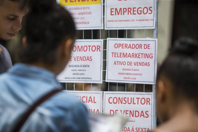 Desempregados procuram empregos no centro de Sao Paulo