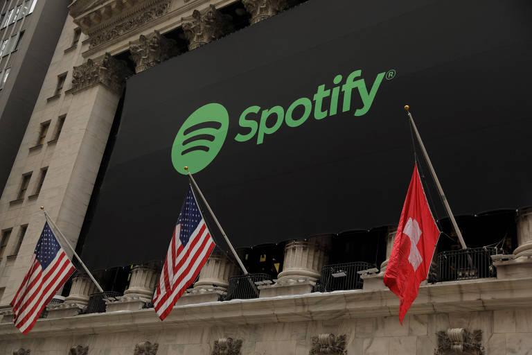 Bandeira da Suíça e logo do Spotify na Bolsa de Nova York