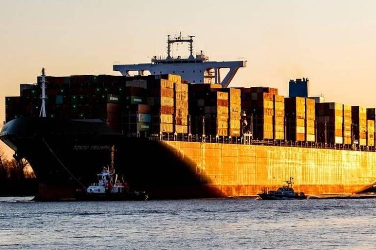 Navio transporta containers