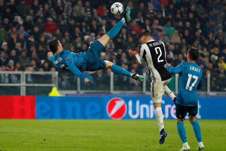 Cristiano Ronaldo dá uma bicicleta para marcar o segundo gol da vitória por 3 a 0 do Real Madrid sobre a Juventus, em Turim