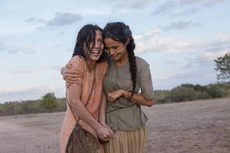 """Série """"Entre Irmãs"""", da Globo. As irmãs Emilia (Marjorie Estiano) e Luzia (Nanda Costa), no sertão pernambucano."""