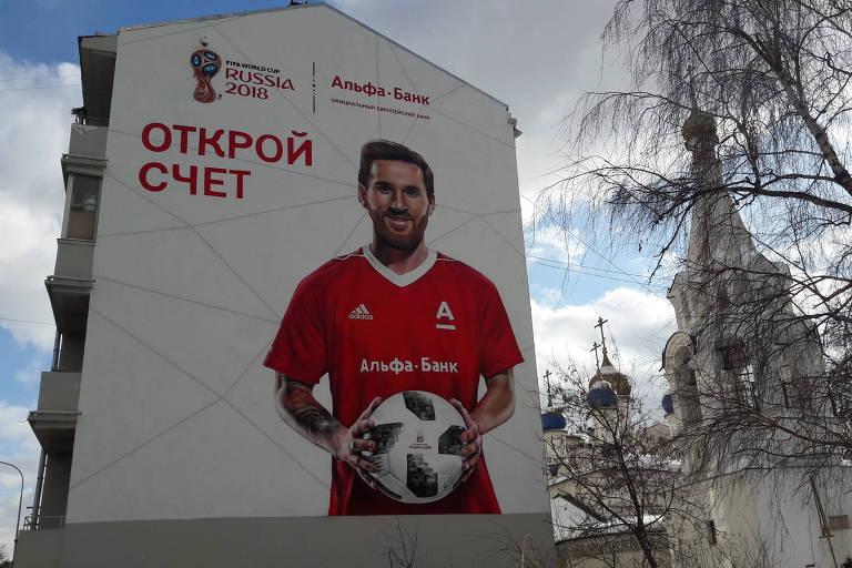 Mural pintado no centro de Moscou com a imagem do jogador argentino Lionel Messi para marca patrocinadora da Copa do Mundo de 2018