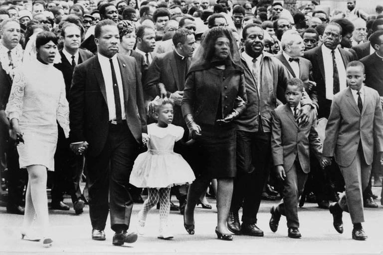 A família de Martin Luther King Jr. caminha durante o funeral, em Atlanta