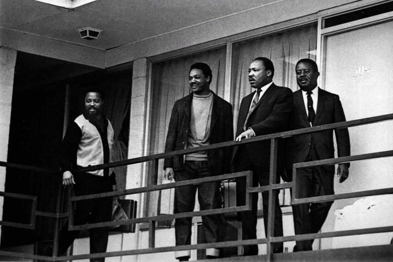 Martin Luther King (terceiro da esquerda para a direita) é acompanhado por três assessores