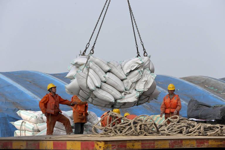 Sacas de soja são desembarcadas no porto de Nantong, na China